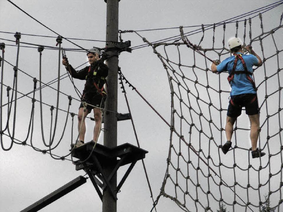 Um die wackelige Seilwand zu bezwingen...n Mut und unbedingt Schwindelfreiheit.  | Foto: Susanne Filz