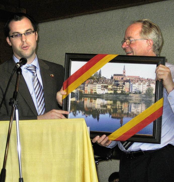 Ein Bild von Laufenburg überreichte Bü...um Abschied an Pfarrer Wolfgang Auer.     Foto: Privat
