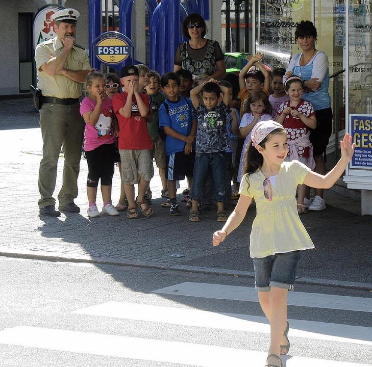 So ist's richtig: Die Kinder übten auch am Zebrastreifen.   | Foto: Simon Müller