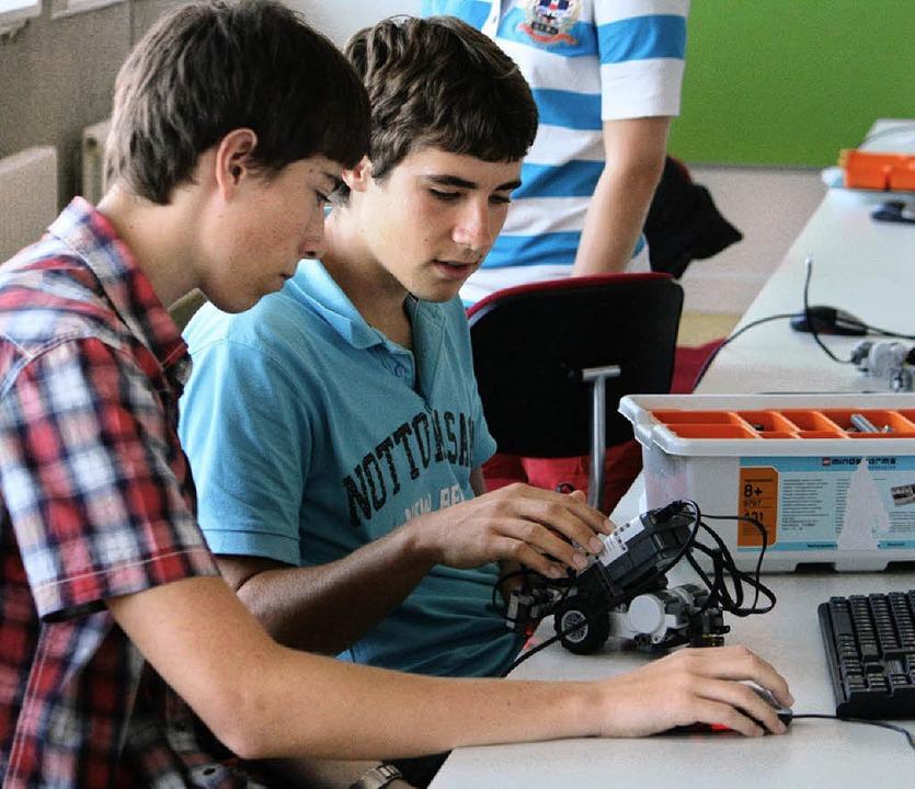 Die Schüler sammeln praktische Erfahru...er beim Programmieren eines Roboters.     Foto: BZ