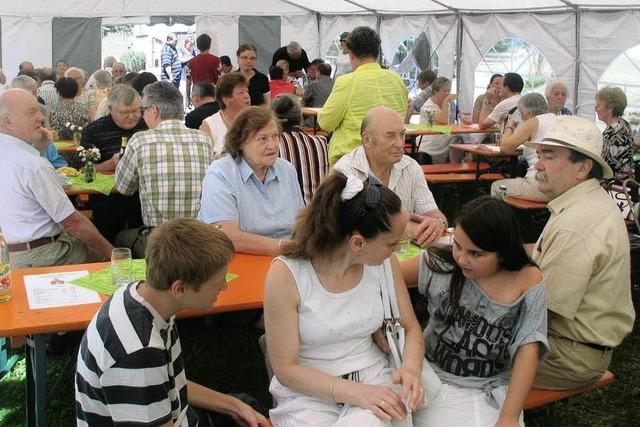 Feiern im eigenen Zelt bei der Kirche