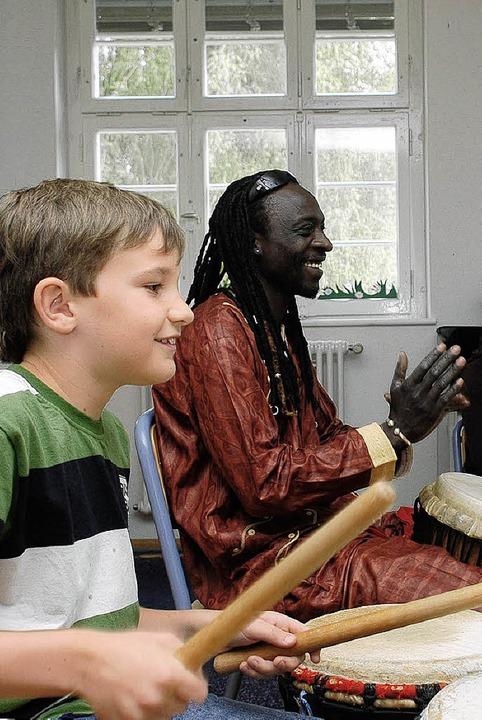 Die Kinder waren beim Workshop mit Badou Sène mit viel Freude dabei.   | Foto: Jannik Schall
