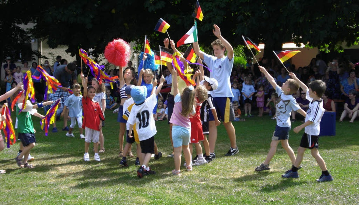 Die Turngruppe der Vorschulkinder präs...g Flag beim Sommerfest des TuS Herten.  | Foto: Hanna Völkle
