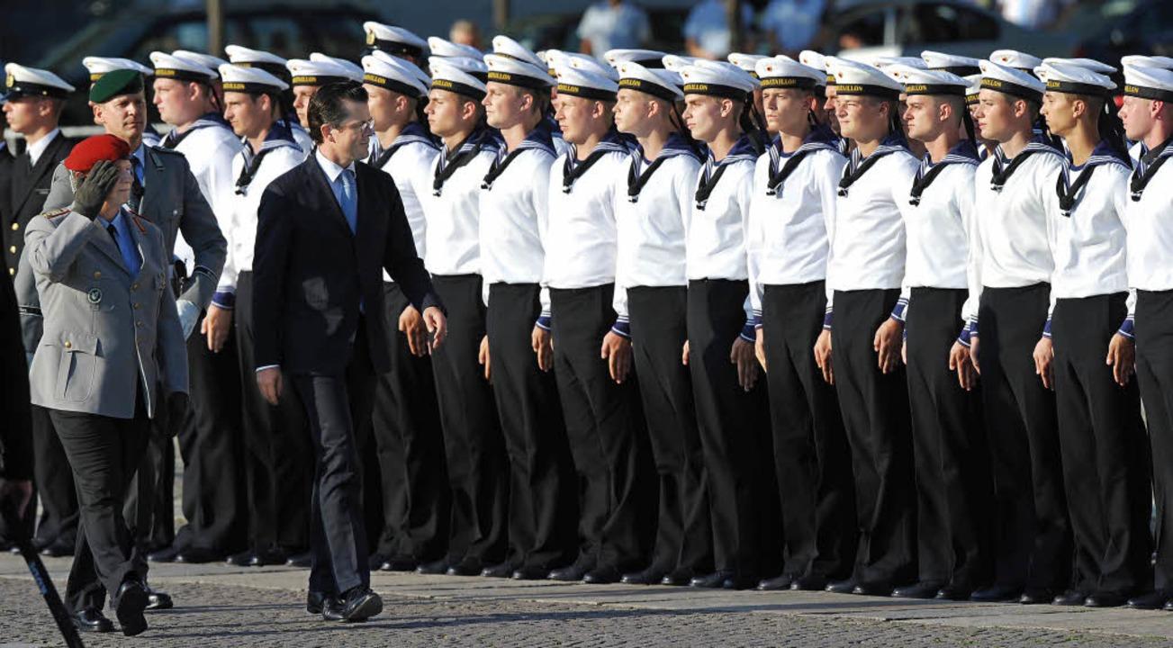 Verteidigungsminister  Guttenberg (rec...schreiten  die Reihen der Soldaten ab.    Foto: DPA