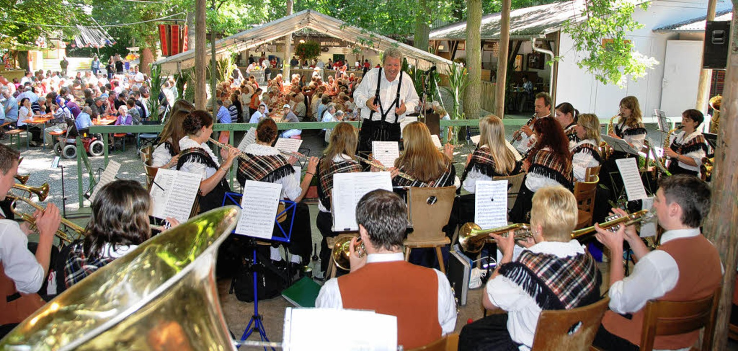 Viele musikalische Gäste und Besucher ...yllisch gelegenen Festplatz begrüßen.     Foto: Roland Vitt