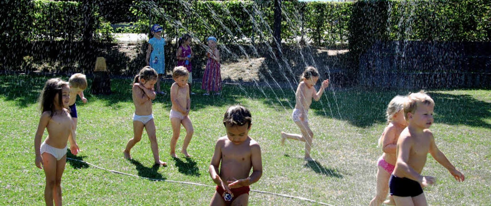 """Wasser hilft gegen die Hitze:  Kinder ...An der Wiese"""" haben ihren Spaß.     Foto: Tamar von Dücker"""