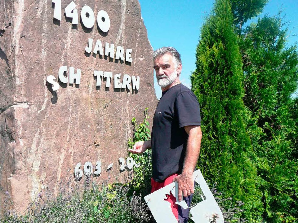 Claus Geppert begutachtet den Schaden.  | Foto: Privat