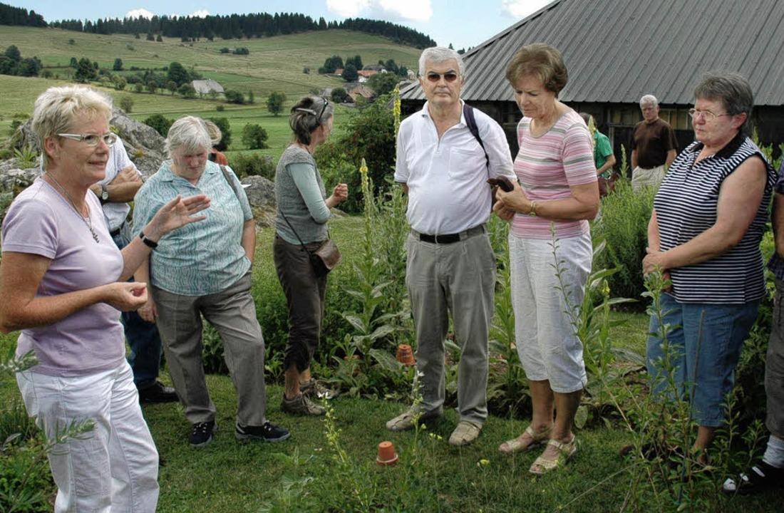 Marlene Müller (links) führte  am Sonn...ige Gäste durch ihren Kräutergarten.    | Foto: Manfred Hüfner