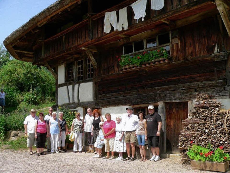 Die Maulburger Besuchergruppe des VdK vor dem Schneiderhof in Kirchhausen.   | Foto: Georg Diehl