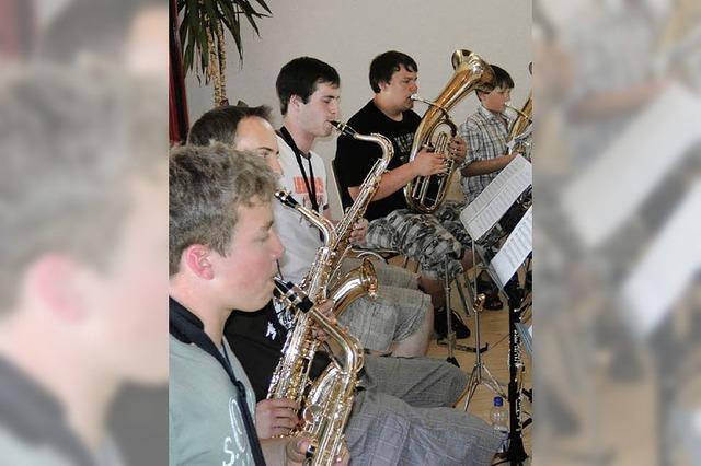 Jungmusiker spielen zusammen