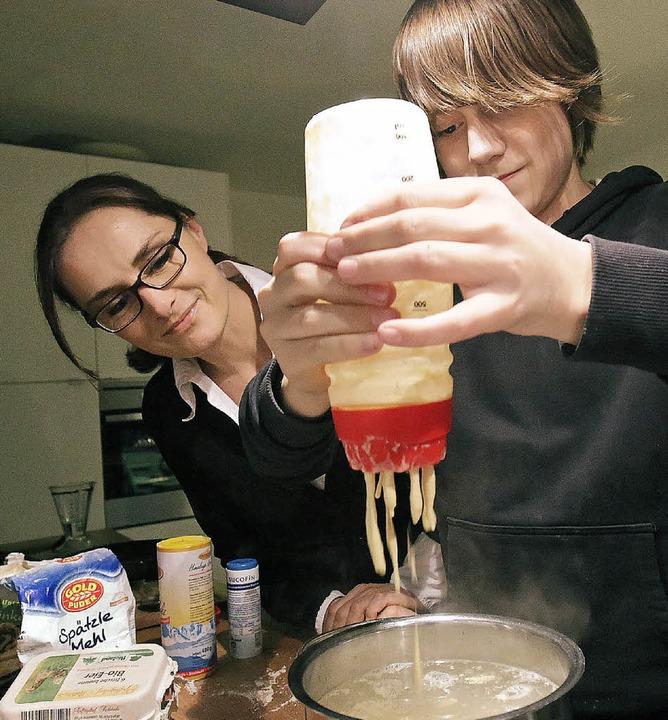 Susann Hartung und ihr Spätzle-Shaker  | Foto: Metz