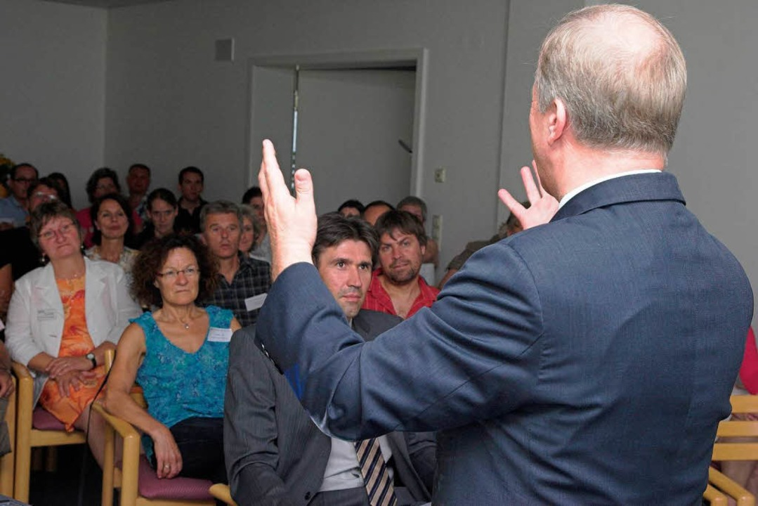 MdB Peter Weiß beim Fachtag der Reha-Klinik St. Landelin.  | Foto: Hagen Schönherr