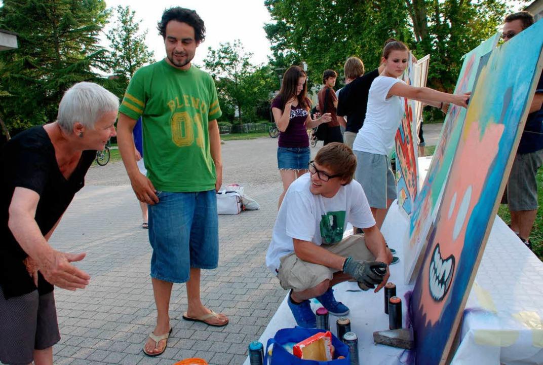 Renate von Heimburg und Raphael Lieser...t  dem Sprayer Hannes Kramer (rechts).  | Foto: Gertrude Siefke