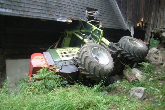 Zugmaschine kracht in Bauernhof – Fahrer verletzt