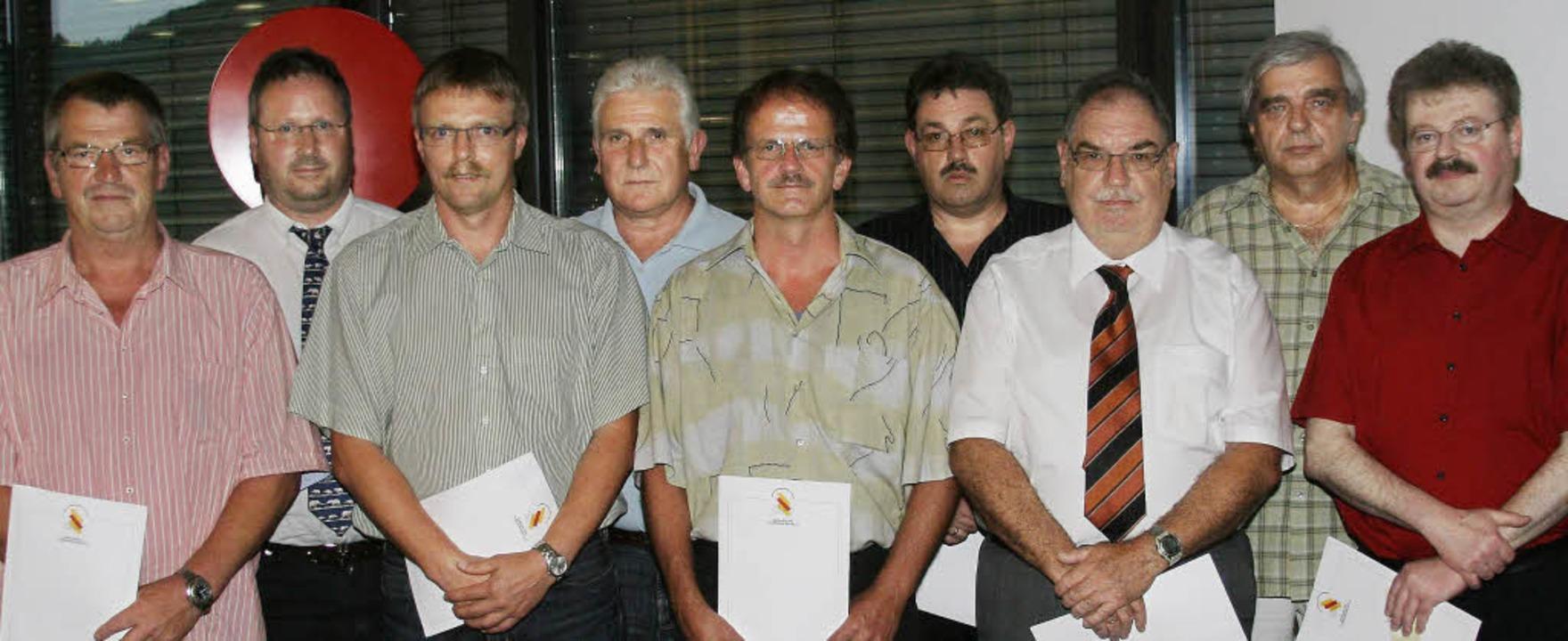 Die Verbands-Ehrennadel gab es für  Gü...ern Goldenen Ehrennadel ausgezeichnet.  | Foto: Matthias Scheibengruber