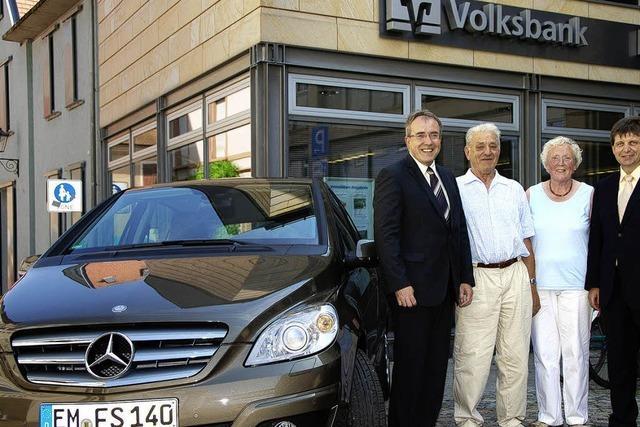 Volksbank-Kunde gewinnt 32 000-Euro-Mercedes