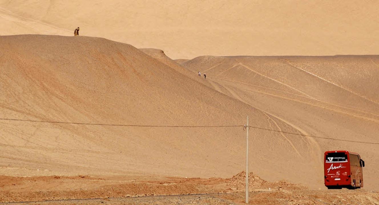 Der rote, markante Avanti-Bus mitten in der Wüste, mit Kurs auf Schanghai.   | Foto: Wolfram Goslich
