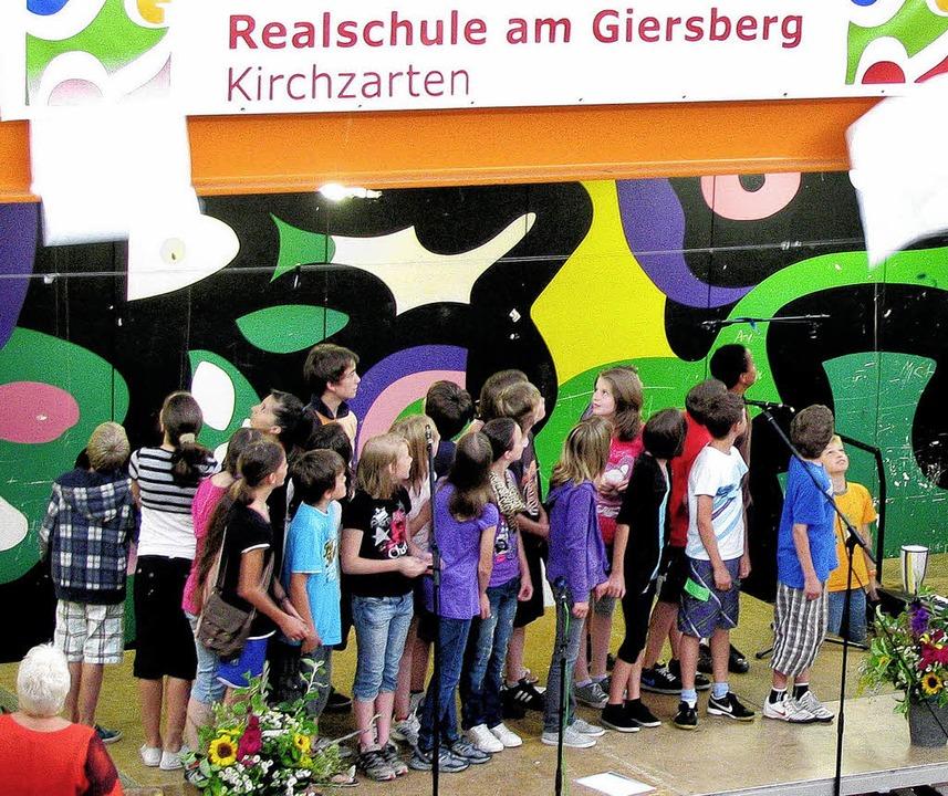 Die Schüler werfen einen Blick auf das neue Namensschild.   | Foto: Monika rombach