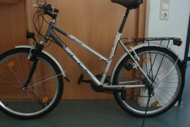 Betrunkener kurvt mit fremdem Fahrrad durch die Stadt