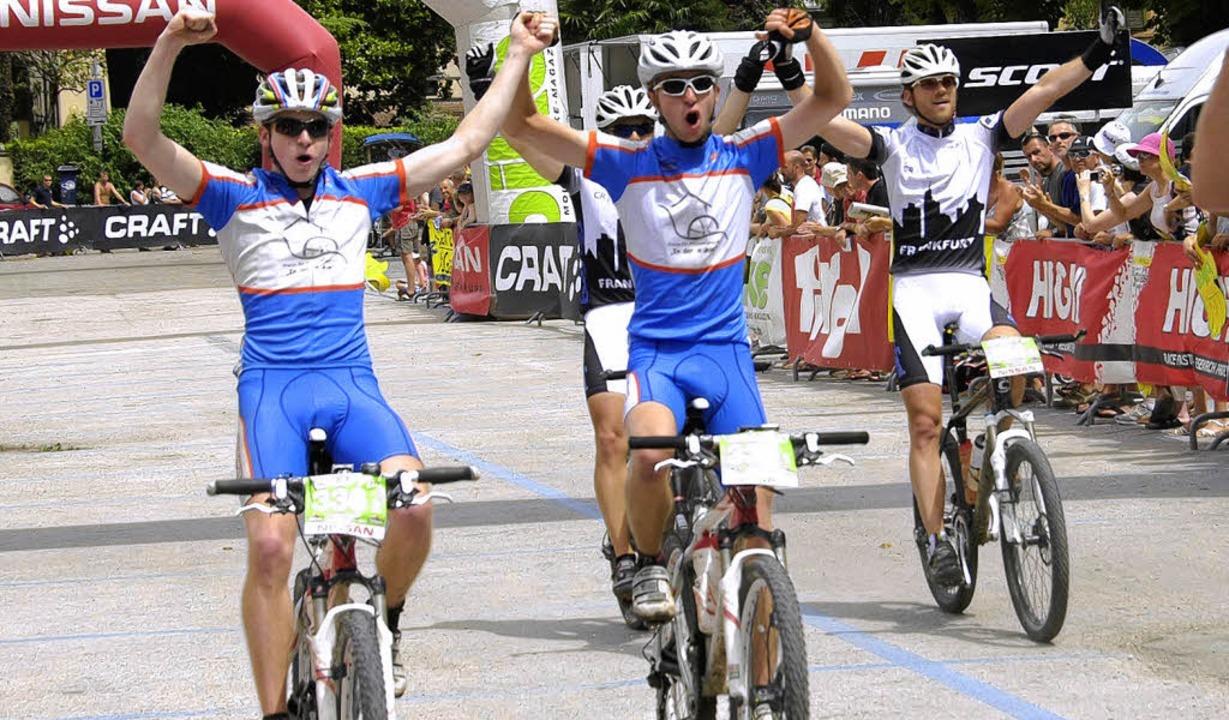 Geschafft: Christopher (links) und Tob...d das auf einem sagenhaften 69. Platz.  | Foto: Craft Bike transalp – Peter Musch