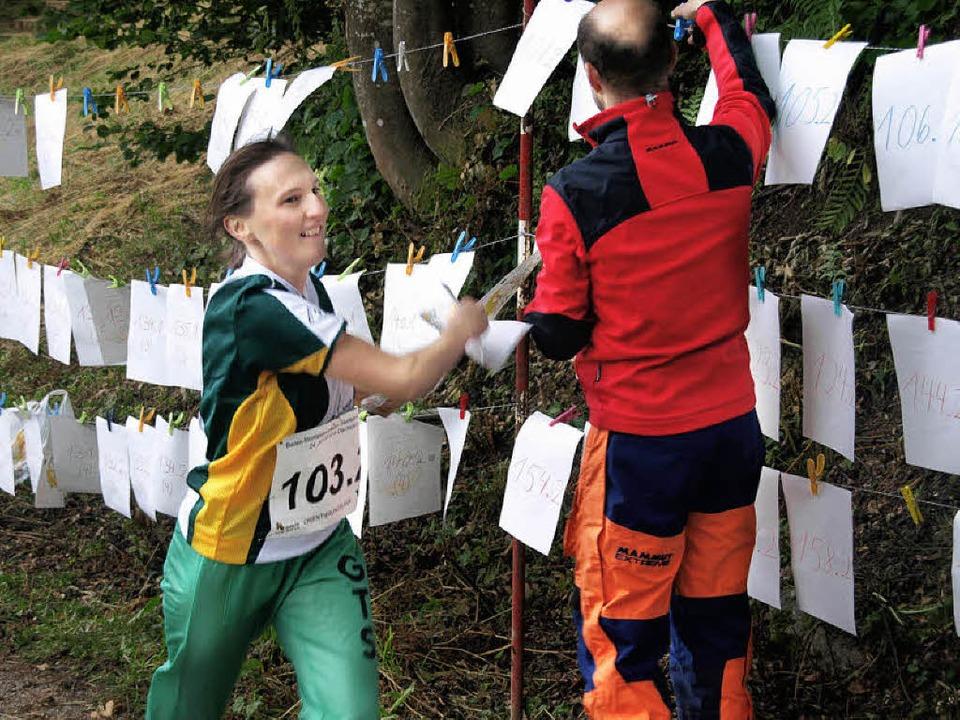 Der zweite Läufer beim Staffelorientierungslauf holt seine Karte ab  | Foto: Karin Stöckl-Steinebrunner