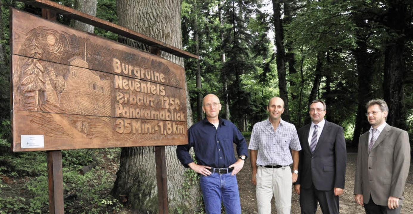 Eine von Hand geschnitzte Hinweistafel...stein und Beigeordneter  Danksin ein.   | Foto: Münch