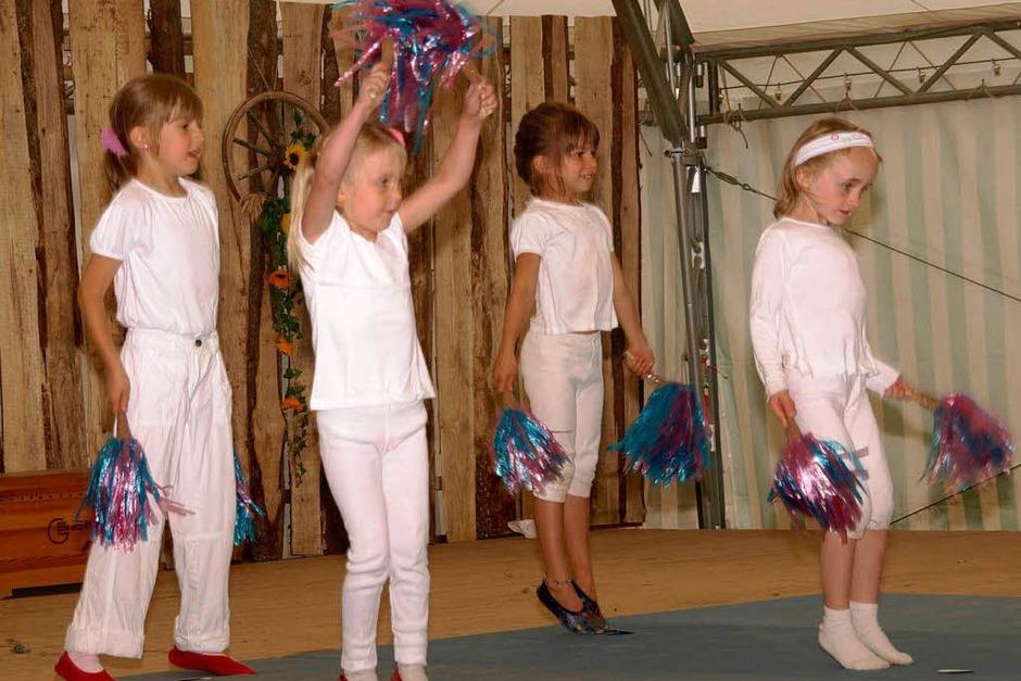 Am Sonntagnachmittag zeigten die kleinsten Turnerinnen des TuS Dachsberg ihr Programm (Foto: Karin Stöckl-Steinebrunner)