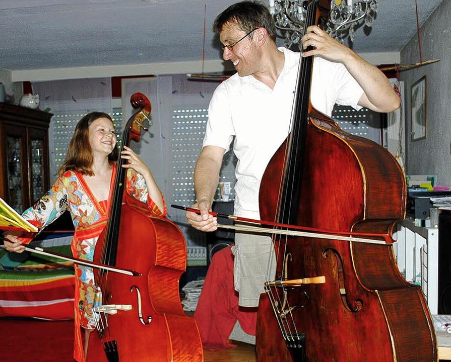 Paula Scheding, mit neun Jahren die jü...rin,  mit ihrem Lehrer Markus Lechner   | Foto: privat