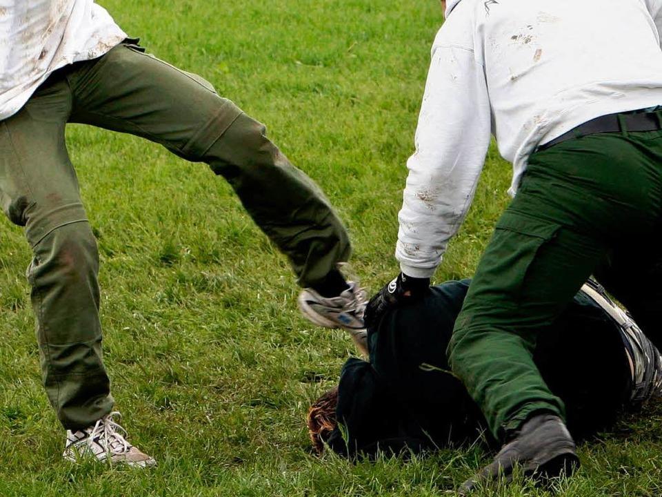 Als das Opfer schon am Boden lag – traten sie weiter auf ihn ein.    Foto: dpa