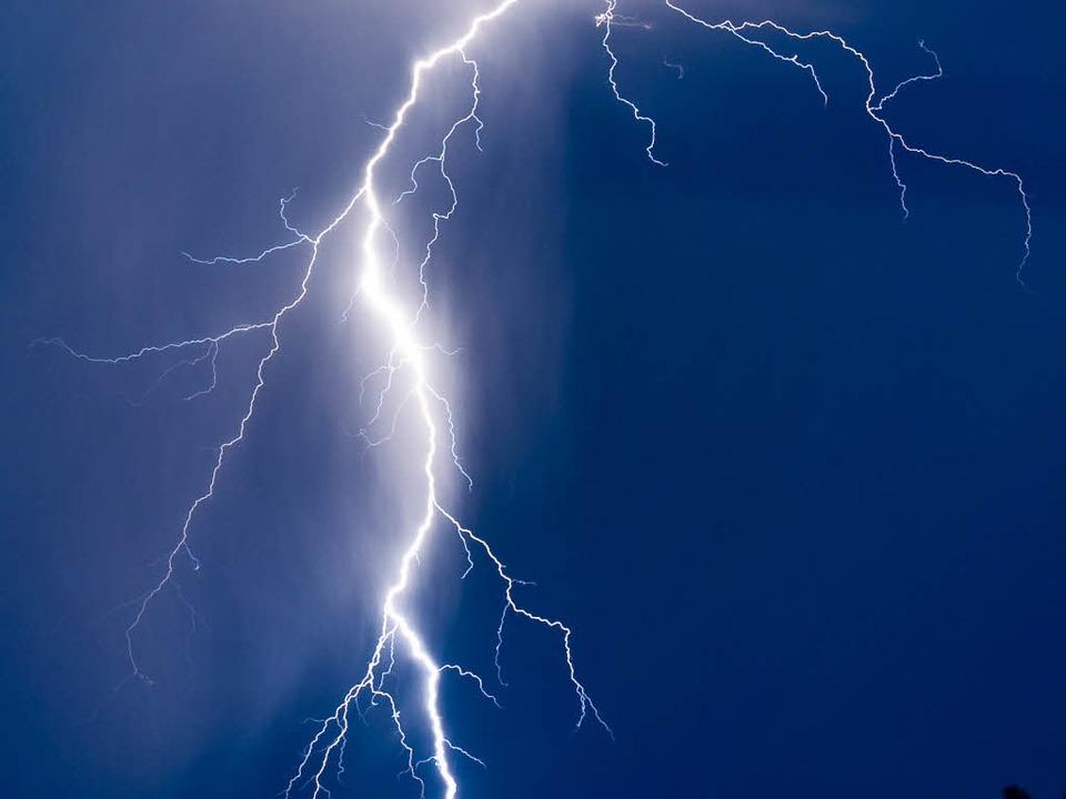 Während eines Gewitters über der Orten...her Mehrfamilienhaus ein (Symbolbild).  | Foto: dpa
