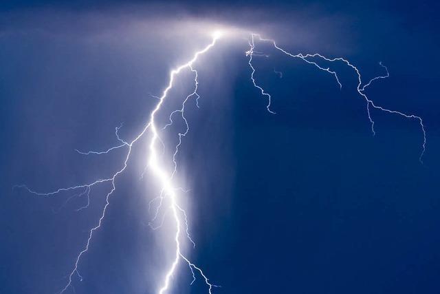 Blitz schlägt in Mehrfamilienhaus ein