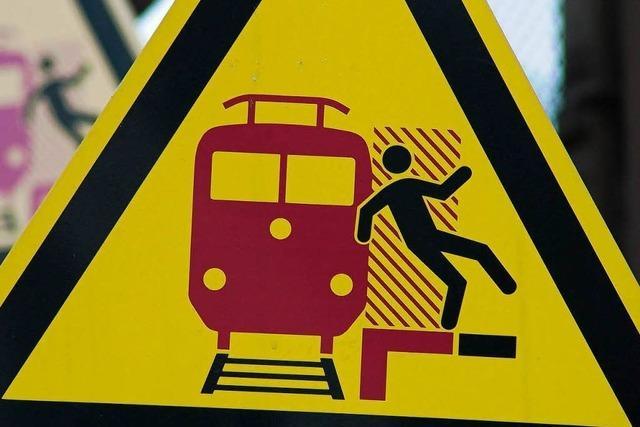 Kinder spielen auf den Gleisen