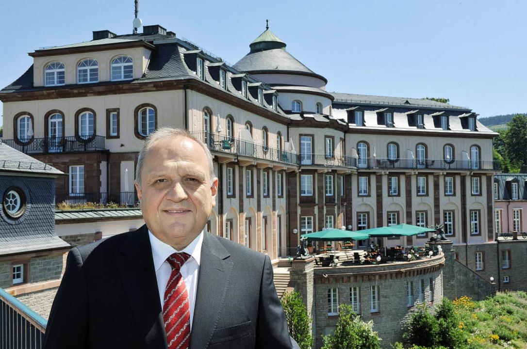 Er macht das Licht aus:  Hoteldirektor...hof vor dem Westflügel der Bühlerhöhe   | Foto: DPA/DDP