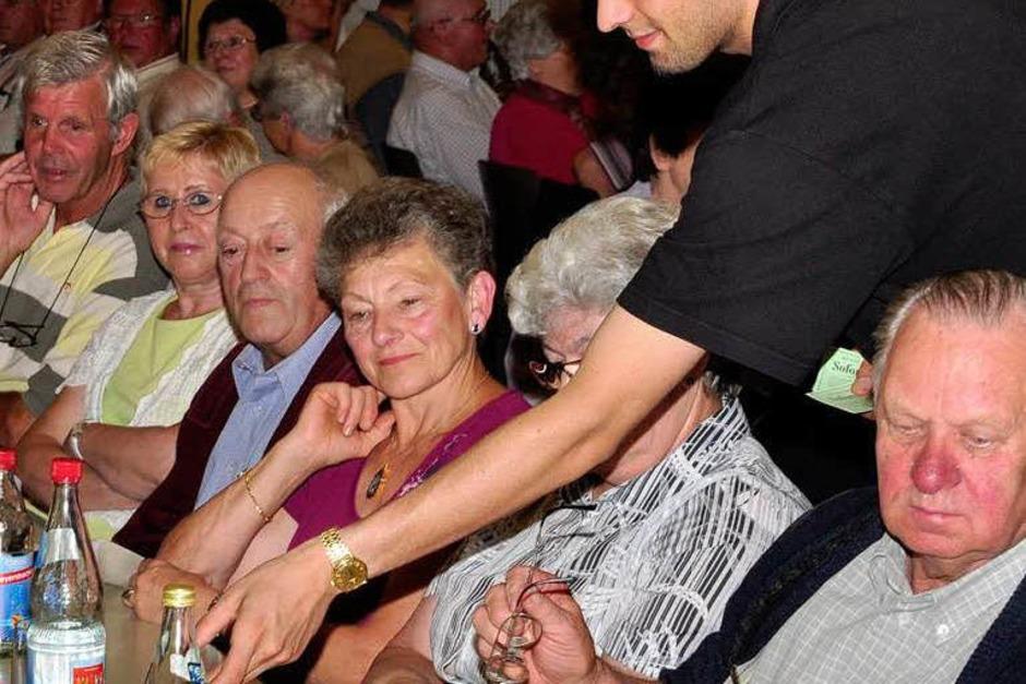 BZ-Azubis versorgten die Gäste, an der Theke wuselten Mitglieder des Heimatvereins Freiamt. (Foto: Dieter Erggelet)
