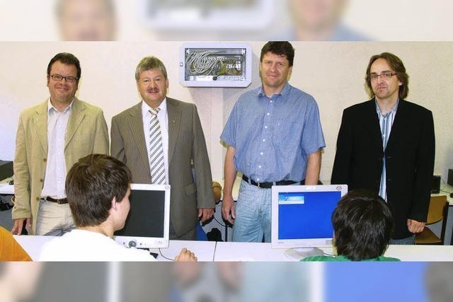 Sparkasse übergibt Schulen 40 Computer