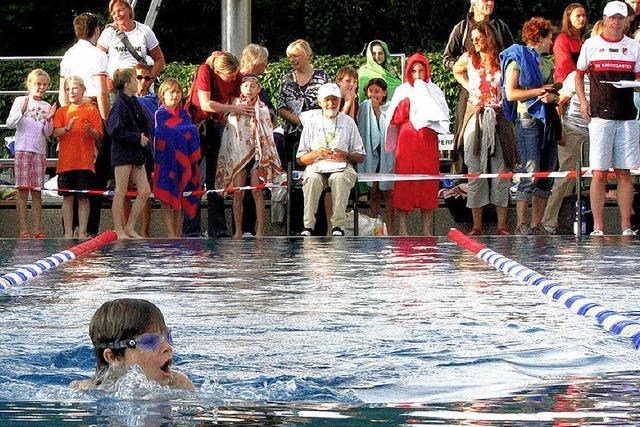 Schwimmnacht lockt 1800 Zaungäste ins Dreisambad