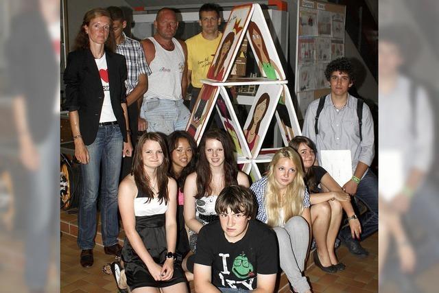 Ein großes Kartenhaus mit Werken der Schüler
