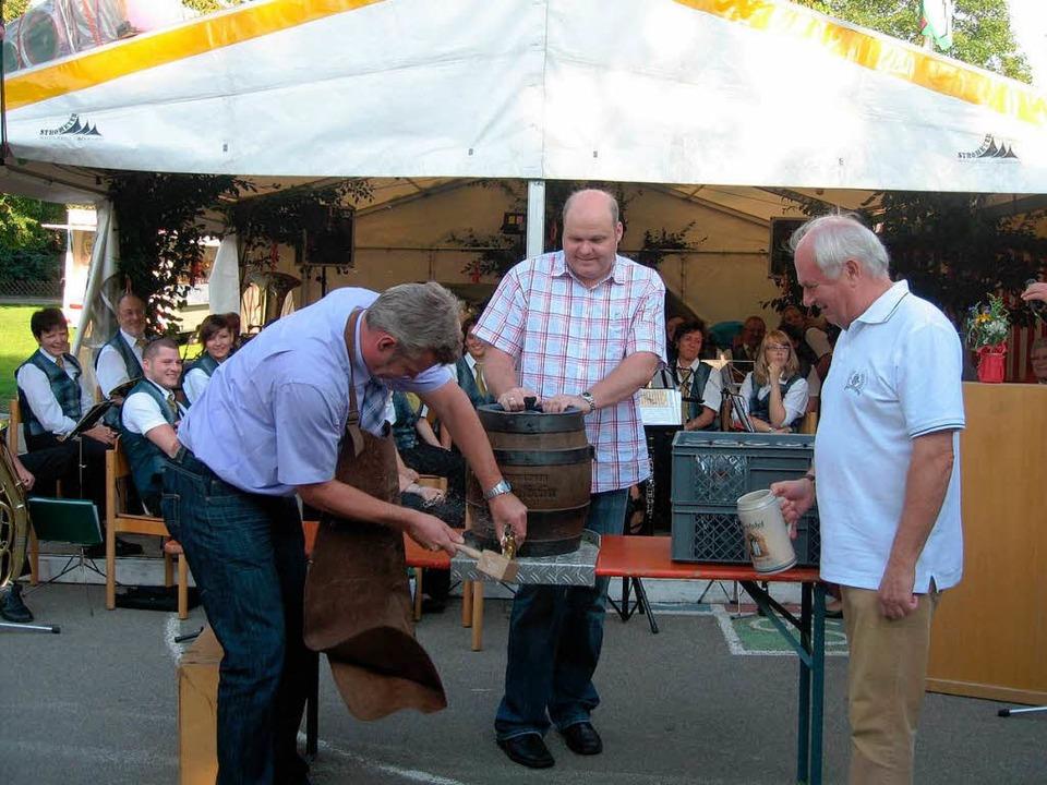 Mit dem  Fassanstich eröffneten (von l...tsvorsteher Walther Ziegler das  Fest.  | Foto: Ines Süßle