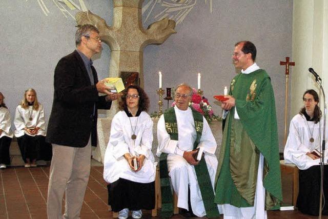 Viele drücken dem Pfarrer ihre Wertschätzung aus