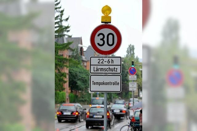 Freiburg bessert doch bei Schildern für Tempolimit und Radar nach