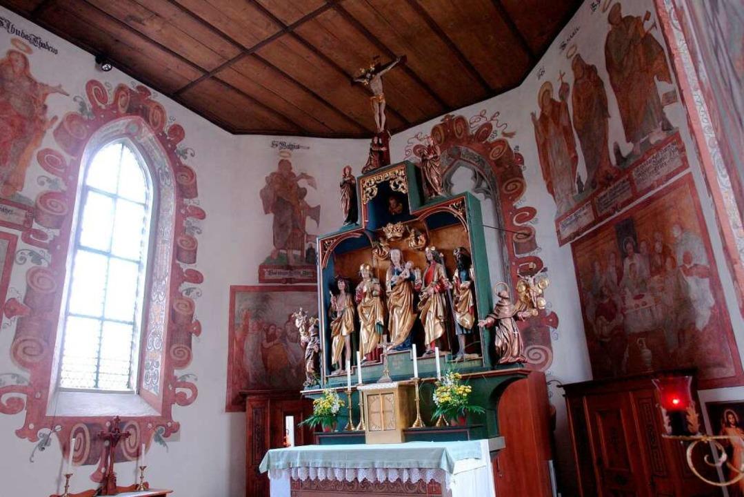 Sichtschutz: Auch hinter dem Altar der Nußdorfer Kapelle kam es zu Übergriffen.  | Foto: Jens Schmitz
