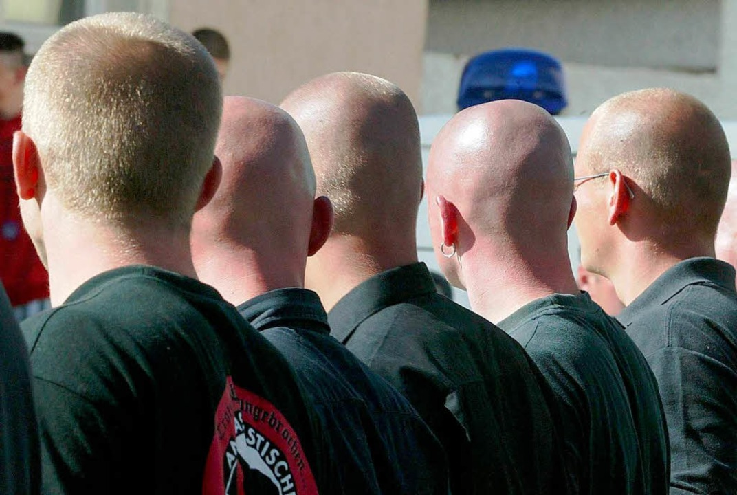 Rechtsextreme –  ihre Anführer treten inzwischen oft im feinen Anzug auf.   | Foto: dpa