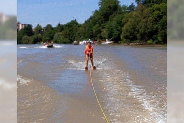 Wasserskifahren fasziniert die Kinder