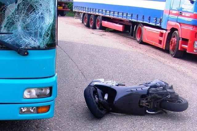 Frisiertes Mofa prallt gegen Linienbus