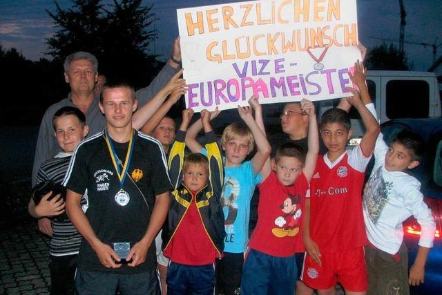 Junge Ringer feiern ihren Vize-Europameister