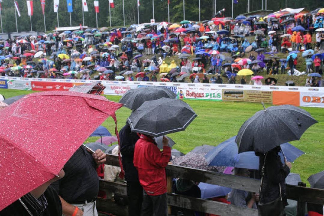 Schirm-Festspiele: Heftige Regenschaue...Kapriolen des Himmels keinen Abbruch.   | Foto: dieter maurer