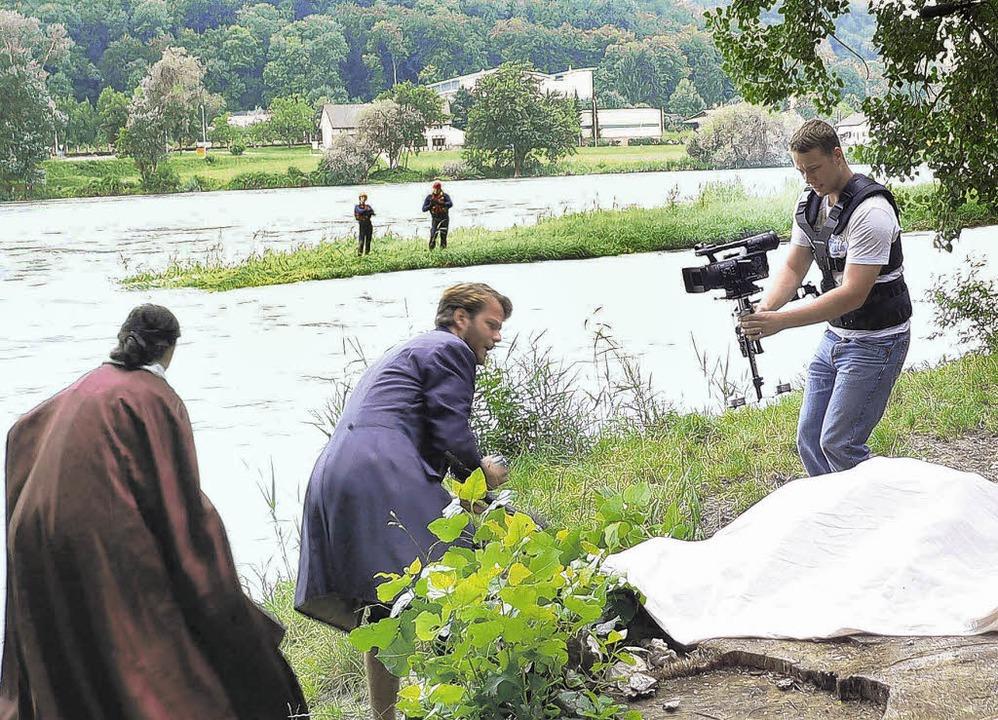 Fluchtszenen am Rhein: Noch sind Gräfi...ngs  den Sprung ins Wasser verlangen.   | Foto: Herbst