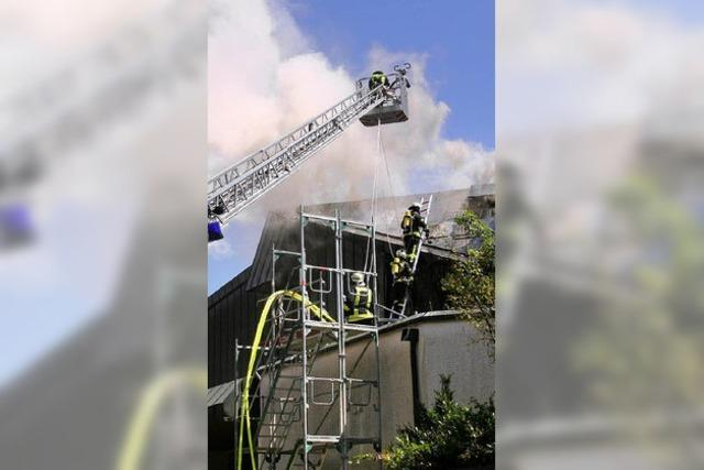Feuer unterm Dach der Stadthalle