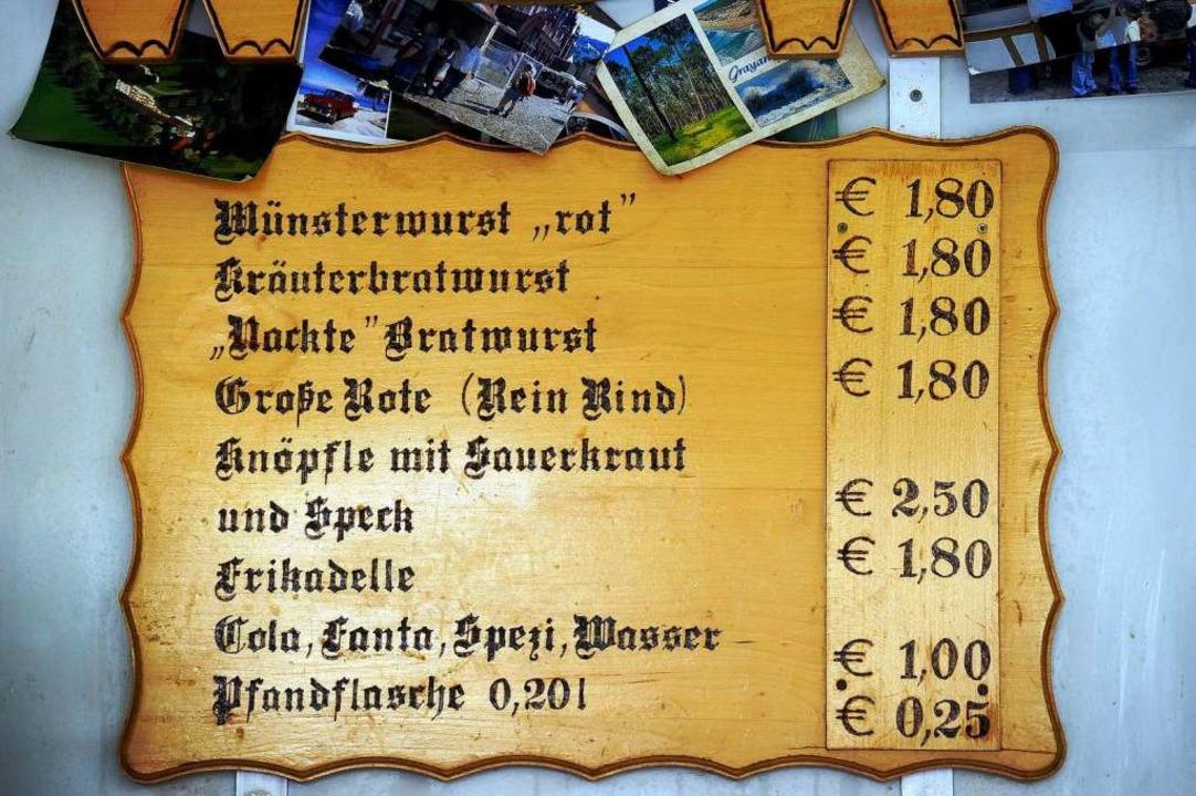 ...auf der Nordseite kostet die Wurst ...chst wird aber hier auf 2 Euro erhöht.  | Foto: Ingo Schneider