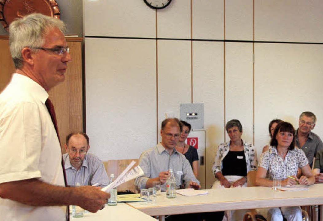 Bürgermeister Rainer Mosbach (links) im Gespräch mit Vertretern der Agenda.   | Foto: faller
